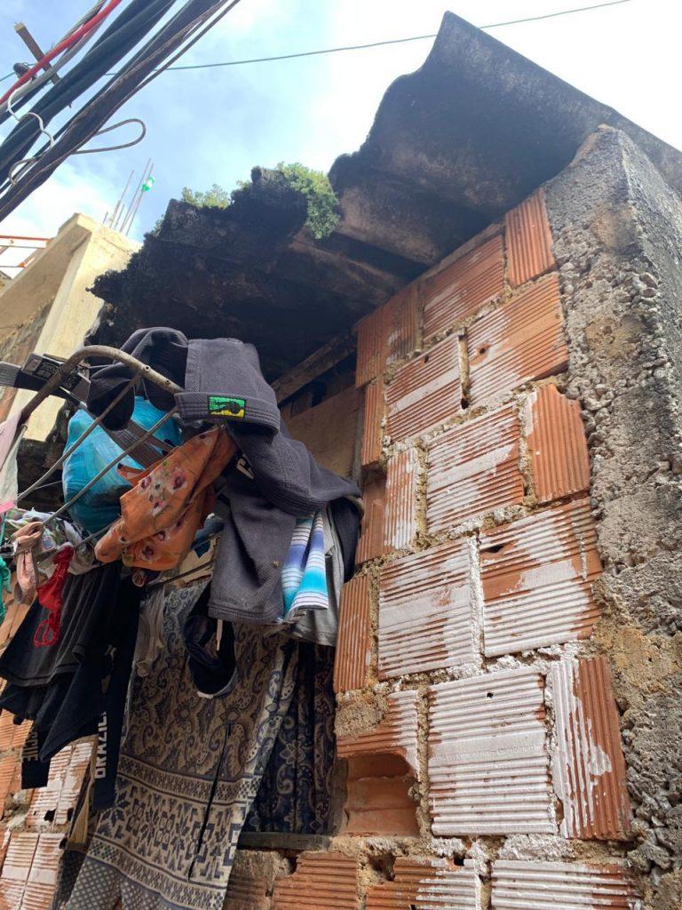 Kimonos secando na favela